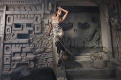Schönes Mädchenmodell schaut im Kleid lizenzfreies stockfoto