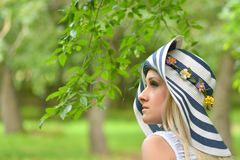 Schönes Mädchenporträt in einem Garten Lizenzfreies Stockbild