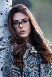 Schönes Mädchenporträt mit den Brillen im Freien lizenzfreie stockfotos