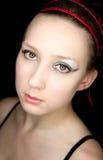 Schönes Mädchenportrait mit einem roten Alice-Band Lizenzfreies Stockbild