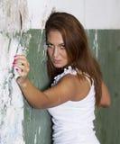 Schönes Mädchenportrait nahe einer Ruinewand lizenzfreie stockbilder