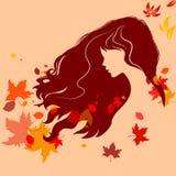 Schönes Mädchenschattenbild mit Fliegenhaar und buntem Herbst L Stockbilder