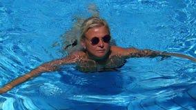 Schönes Mädchenschwimmen im Pool stock video