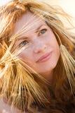 Schönes Mädchensommerportrait lizenzfreie stockbilder