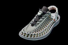 Schönes Männer ` s und Frauen ` s arbeiten Sandale oder Schuhe auf schwarzem BAC um lizenzfreies stockbild