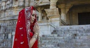 Schönes Maharani Junge indische Frau in traditioneller Kleidung w lizenzfreie stockfotografie