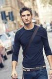 Schönes Mannmodell im Freien mit zufälliger Ausstattung Lizenzfreie Stockbilder