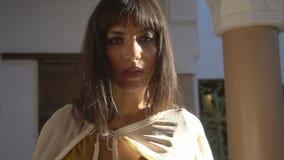 Schönes marokkanisches Mädchen, das ihren weißen Umhang in malerischem Dar Si Said Riyad in Marrakesch an der Sonnenuntergangzeit stock video footage