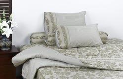 Schönes Matratze- und Bettwäscheset Stockbilder