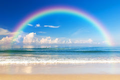 Schönes Meer mit einem Regenbogen im Himmel Stockfotografie