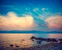 Schönes Meer und blauer Himmel mit Wolken bei Sonnenuntergang Stockfoto