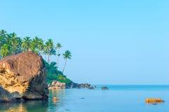 Schönes Meer und der Strand nahe Äquator lizenzfreie stockfotografie