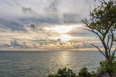 Schönes Meer und goldener Himmelsonnenuntergang Stockfotos