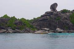 Schönes Meer und Tropeninsel mit haarscharfem Wasser lizenzfreie stockbilder