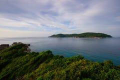 Schönes Meer und Tropeninsel mit haarscharfem Wasser stockfoto
