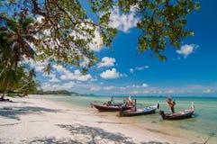 Schönes Meerblick- und Fischerboot Stockfotos