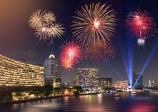 Schönes mehrfaches Feuerwerk, das über der Fluss-Stadt explodiert Lizenzfreies Stockbild