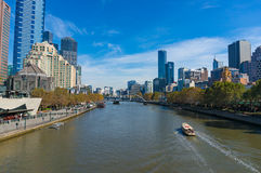 Schönes Melbourne-Stadtbild mit Yarra-Fluss und Kreuzfahrtboot O Stockfoto