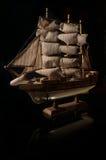 Schönes Miniaturschiff. Hölzerne Schiffsfigürchen. Antikes vorbildliches Segelschiff lokalisiert mit Beschneidungspfad. Modell des stockbilder