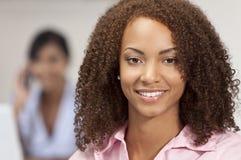 Schönes Mischrennen-Afroamerikaner Gir Lächeln Lizenzfreies Stockfoto