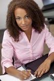 Schönes Mischrennen-Afroamerikaner-Mädchen-Schreiben Lizenzfreie Stockfotos