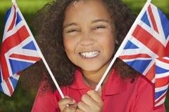 Schönes Mischrennen-Mädchen mit Union- Jackmarkierungsfahnen stockfotografie