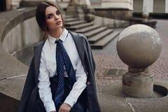 Schönes Mode-Mädchen in der modernen Kleidung, die in der Straße aufwirft stockfotos