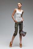 Schönes Mode-Modell, das mit Tasche aufwirft. Lizenzfreies Stockbild