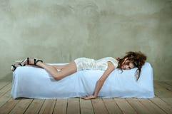 Schönes Modell auf Bett, das Konzept des Ärgers, Krise, Druck, Ermüdung Stockfotos