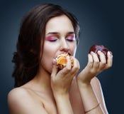 Schönes Modell, das Nachtisch isst stockbilder