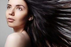 Schönes Modell der jungen Frau mit dem Fliegen des braunen Farbhaares Bilden Sie, gelockte Frisur Haarpflege, Make-up Stockbilder