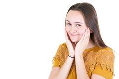 Schönes Modell der jungen Frau der Nahaufnahmeatelieraufnahme, das Kamera mit dem Bezaubern des netten Lächelns bei der Aufstel stockfotografie