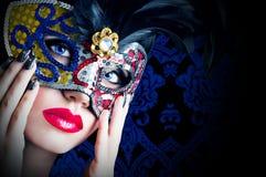 Schönes Modell in der Karnevalsmaske mit den roten Lippen lizenzfreie stockfotografie
