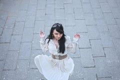 Schönes Modell geht die Stadt in einem weißen Kleid Stockfoto