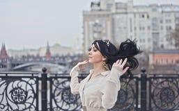 Schönes Modell geht die Stadt in einem weißen Kleid Stockfotos