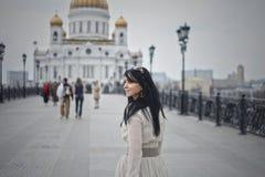 Schönes Modell geht die Stadt in einem weißen Kleid Lizenzfreie Stockfotos