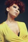 Schönes Modell im gelben Kleid Stockfotografie