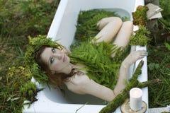 Schönes Modell im Wald in einer Weinleselandschaft Lizenzfreie Stockfotografie