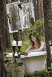 Schönes Modell im Wald in einer Weinleselandschaft Stockfoto