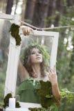Schönes Modell im Wald in einer Weinleselandschaft Lizenzfreies Stockbild