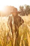 Schönes Modell junger Dame auf dem Gebiet Stockfoto
