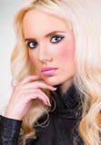 Schönes Modell mit dem gelockten Haar und perfektem Make-up Lizenzfreie Stockfotos