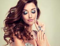 Schönes Modell mit dem langen gelockten Haar stockfoto