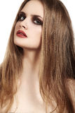 Schönes Modell mit den langen roten Lippen des Haares u. des Schmutzes richten her Lizenzfreies Stockfoto