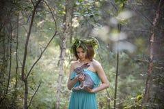 Schönes Modell mit einem grauen Kaninchen in ihren Armen Stockfotos