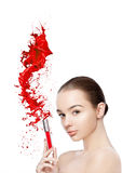Schönes Modell mit Lippenstiftrohrfarbe spritzt Lizenzfreie Stockfotos