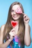 Schönes Modell mit Lutschern in Form eines Herzens Stockbild