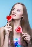 Schönes Modell mit Lutschern in Form eines Herzens Stockfotos