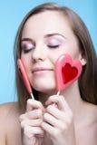 Schönes Modell mit Lutschern in Form eines Herzens Lizenzfreies Stockbild