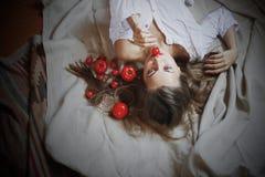 Schönes Modell mit Tomaten im rustikalen Innenraum Lizenzfreie Stockfotos